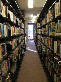 Regały pełne książek